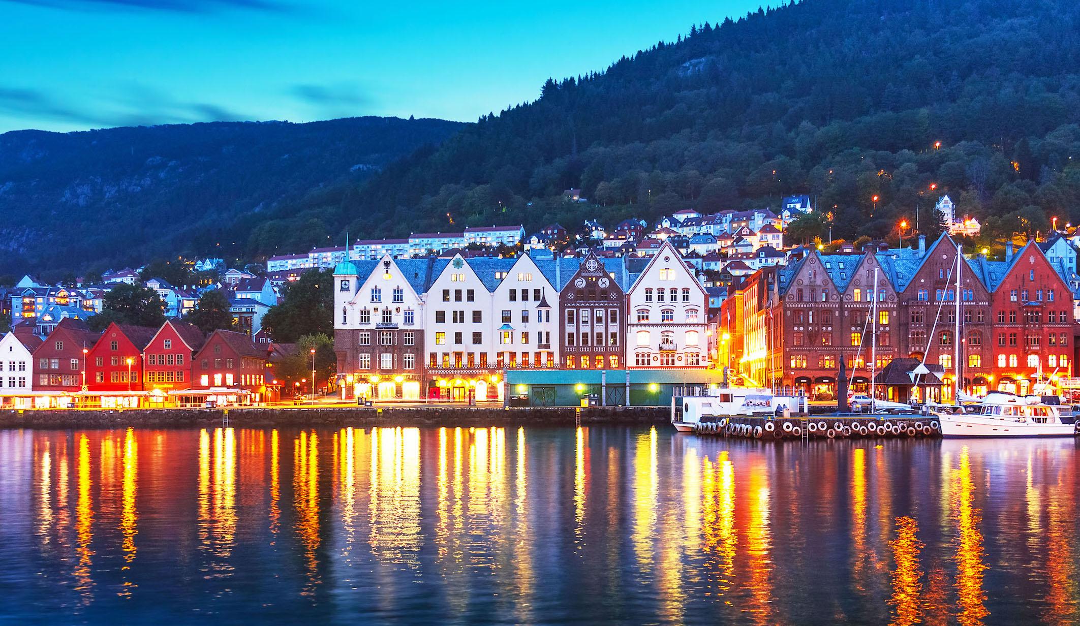 Bryggen_Bergen_nightime_shutterstock_556209586 sml