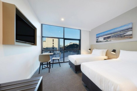 travelodge-hotel-sydney-airport-bedroom-twin-02-2017[2][1][1][21]
