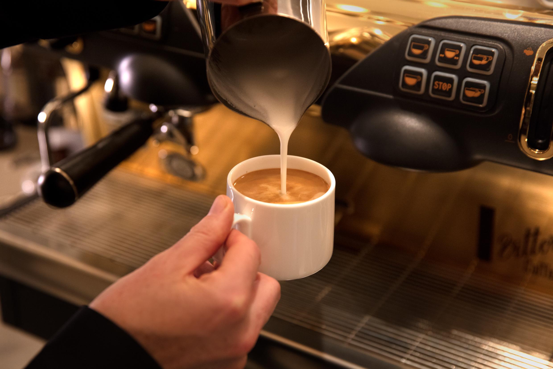 Картинка наливаю кофе