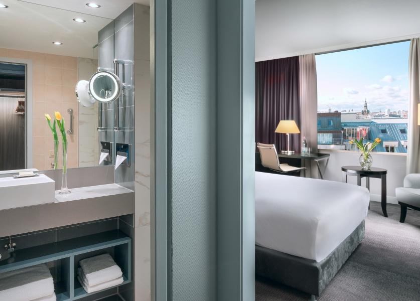 _King_Hilton_Guestroom_1