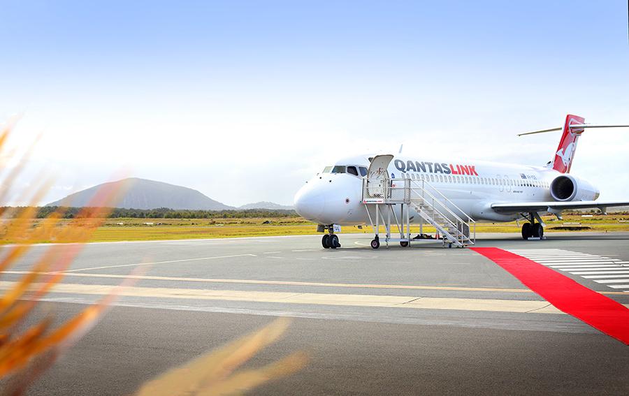QF plane arrives at Sunshione Coast