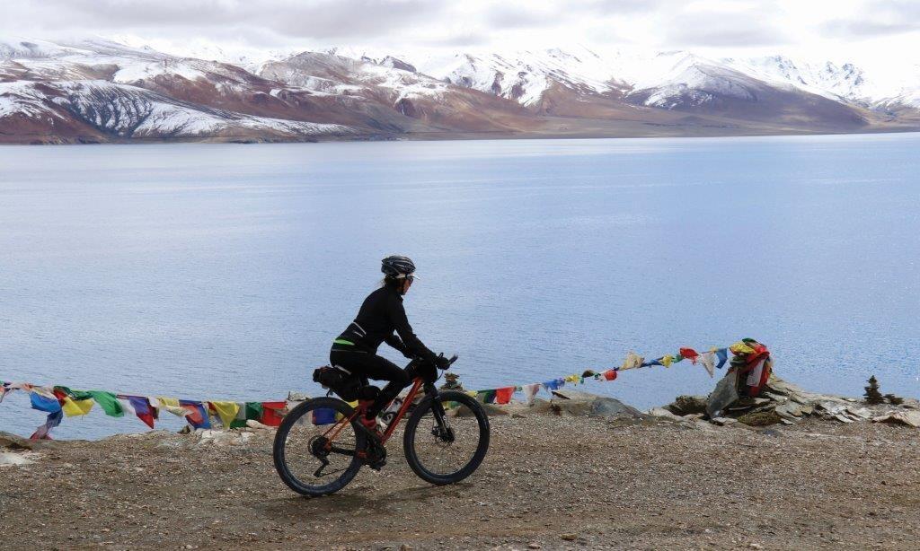 Cyclist_at_Lake_Moriri_Ladakh_Indian_Himalaya-KATE_LEEMING_[59973]