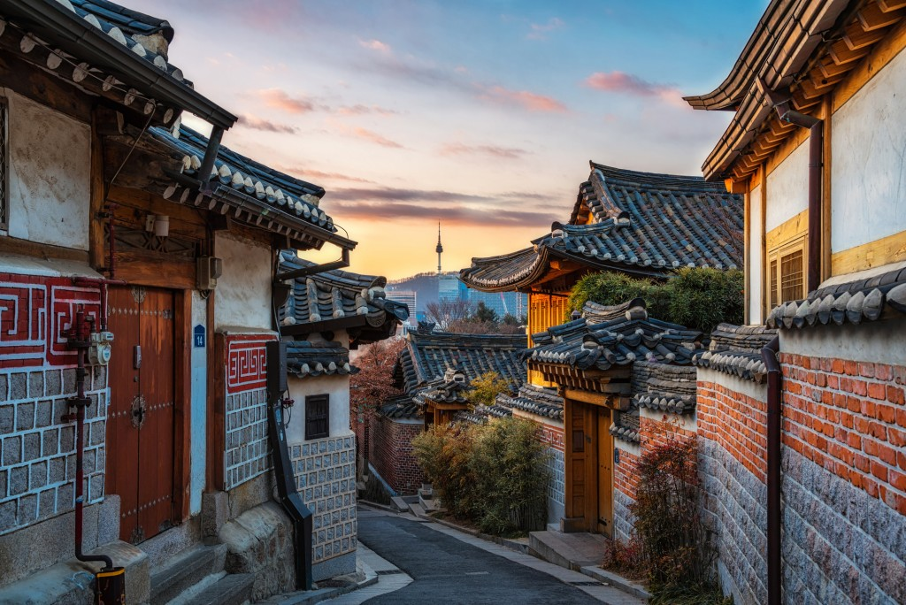 The heritage Bukchon Hanok Village of Seoul preserves a 600-year-old town history.