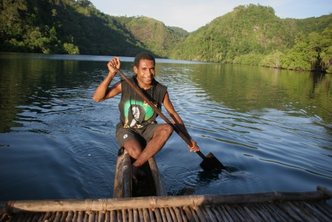Peregrine Adventures-papua-new-guinea_river-rowing-canoe