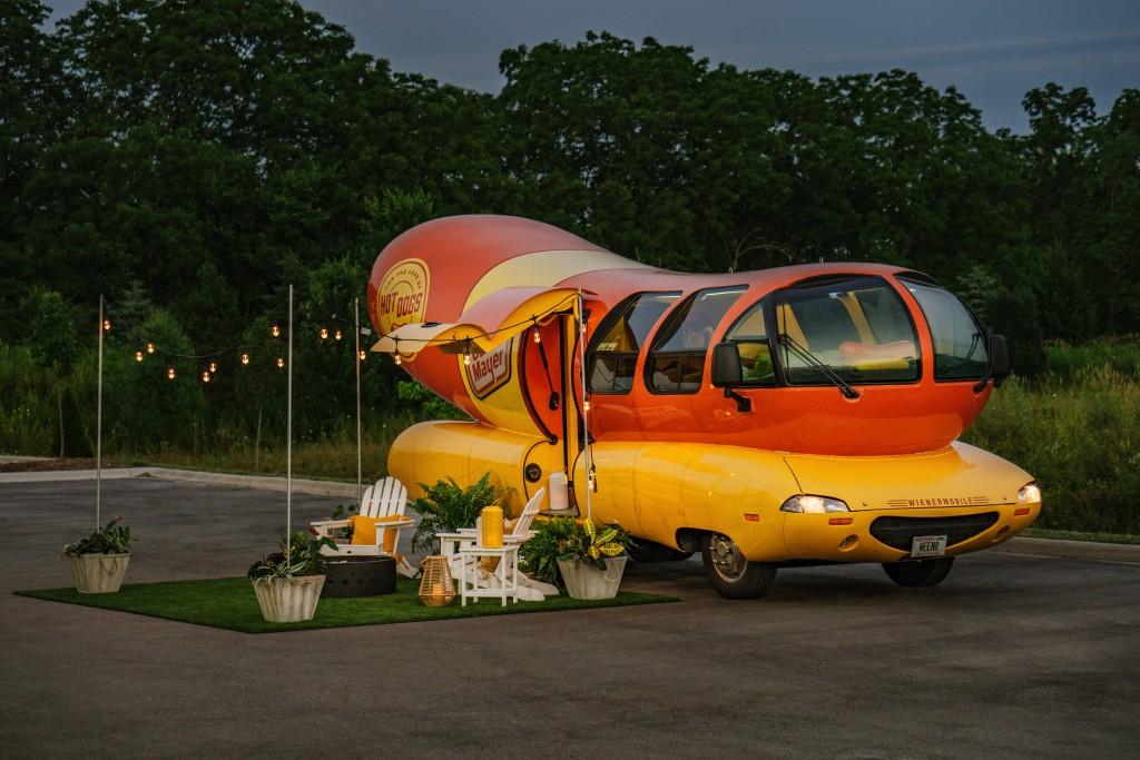 Oscar-Mayer-Wienermobile_dusk