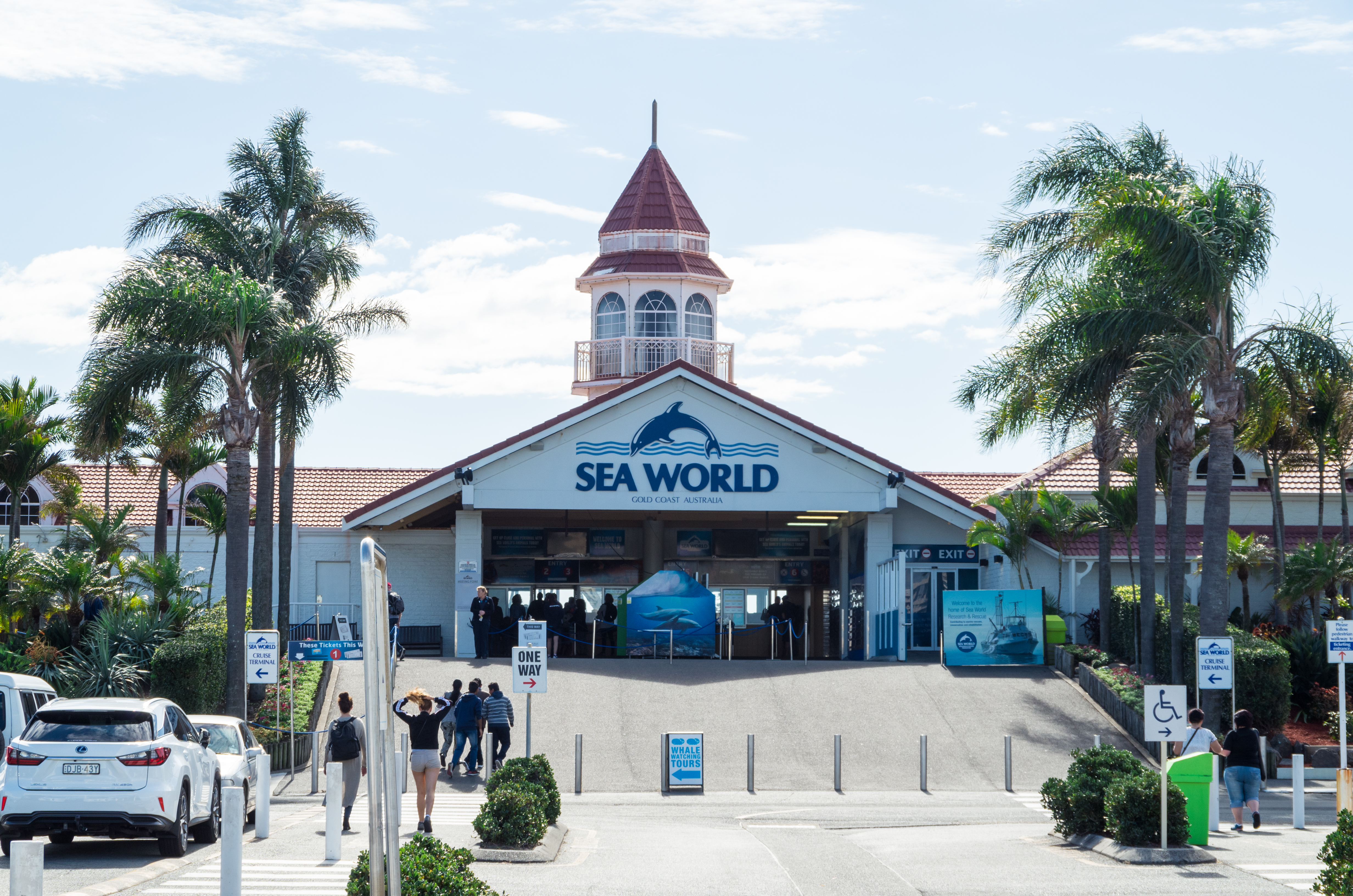 Queensland's Tourism Minister slams TripAdvisor for banning ticket sales to Sea World