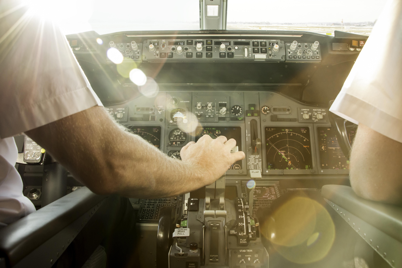 """Twitter melts over hot pilot after passenger """"kind of"""" gets plane to himself"""