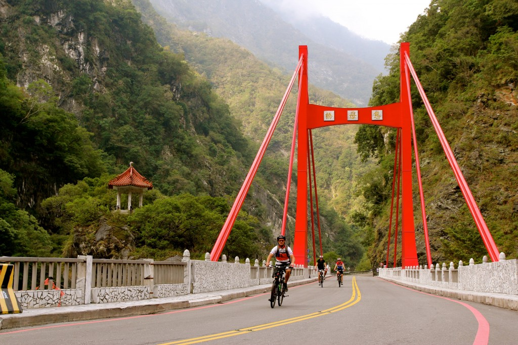 Cycling along Taroko Gorge 4
