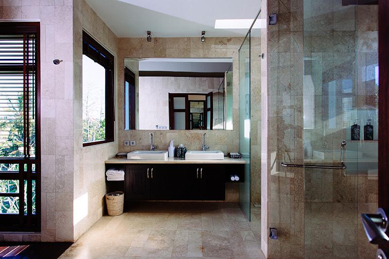 villa-umah-daun-ensuite-with-glass-shower